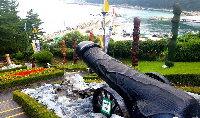 Illustration for article titled Hay un parque con decenas de penes gigantes en Corea del Sur