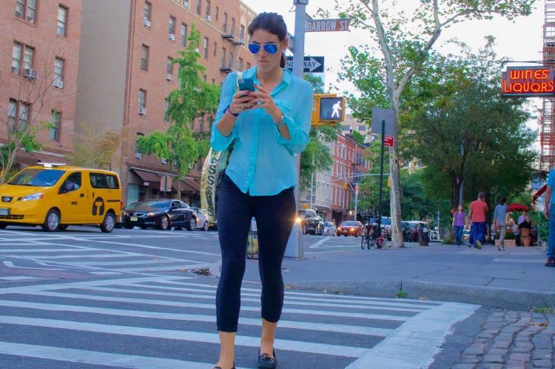 Multa de 35 dólares por cruzar la calle mirando celular