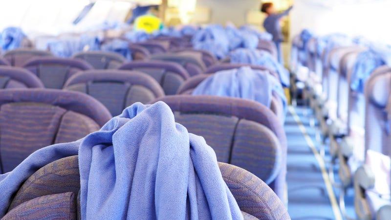 Cuidado con las mantas que te dan en los aviones. Hace poco, una cómica encontró caca dentro de una manta.