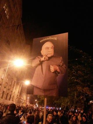 Illustration for article titled Hát szabad ilyen gonosz plakátot csinálni a Miniszterelnök Úrról?