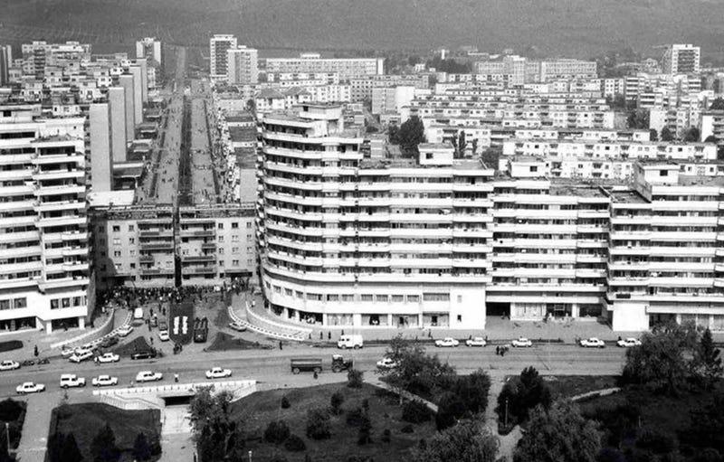 Illustration for article titled Cómo un pueblo de Rumania logró mover un edificio de 7 mil toneladas a la acera de enfrente en 5 horas