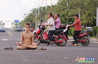Illustration for article titled Naked Man Meditates in Busy Chinese Street