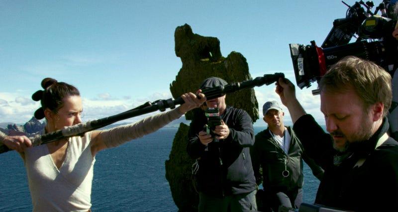 El director Rian Johnson y Daisy Ridley durante el rodaje de The Last Jedi.