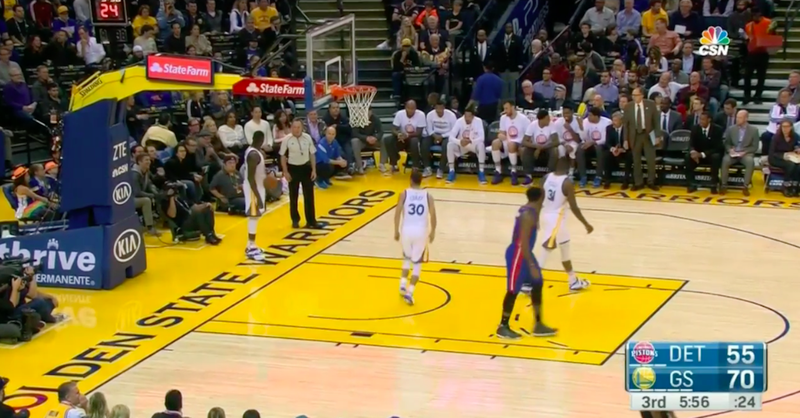 Illustration for article titled Draymond Green Throws Spectacular No-Look Inbounds Pass While Arguing With Ref