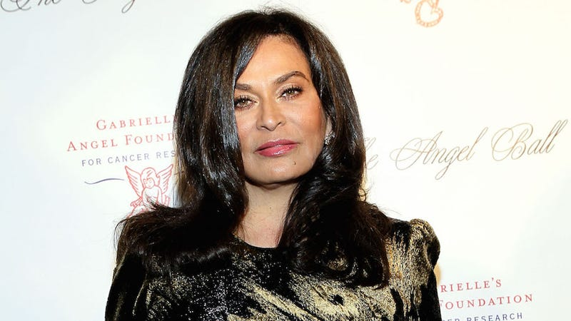 Illustration for article titled Tina Knowles Kindly Tells Paparazzi to Have Some Goddamn Class