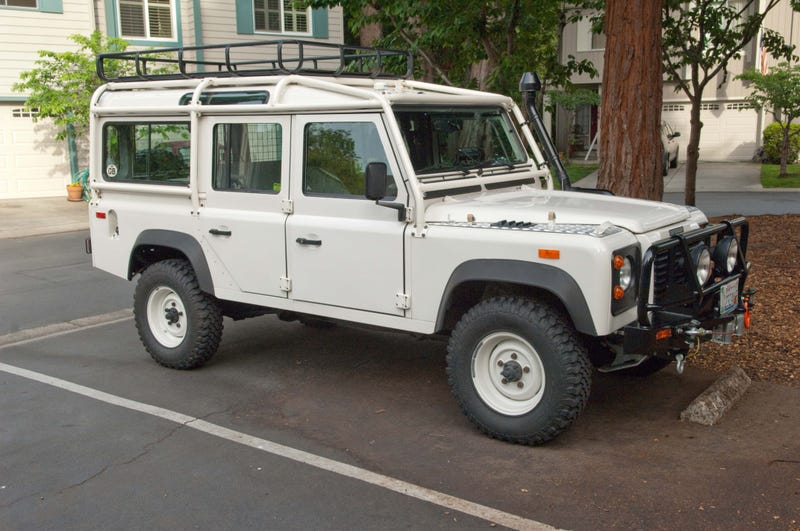 Illustration for article titled Guy that owns the parking spot behind mine has bought a Defender.