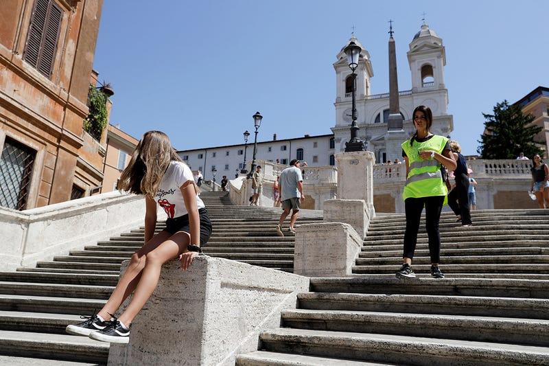Sentarse en las escaleras más famosas de Roma ahora tiene una multa de hasta 450 dólares
