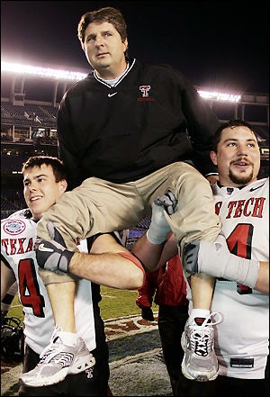 Illustration for article titled Mike Leach, Texas Tech Finally Renew Their Vows