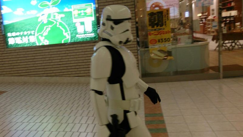 Illustration for article titled Stormtrooper Surrounded by Japanese Police After Murderous Tweet