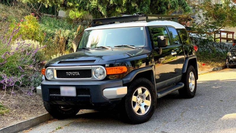 Illustration for article titled For $13,499, Could This 2007 Toyota FJ Cruiser Have You Saying 'Ooh Baby?'