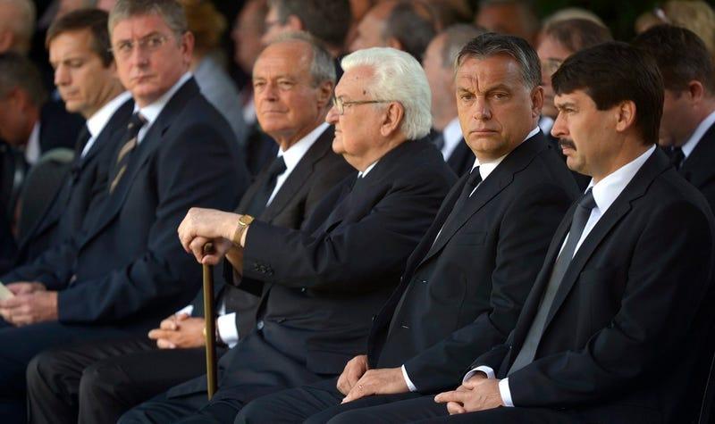 Illustration for article titled Orbán, Bajnai és Gyurcsány szinte egymás mellett Horn temetésén