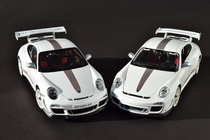 Illustration for article titled RennSport Battle: 997 911 GT3 RS 4.0, AUTOart v. Bburago