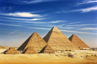 Illustration for article titled 'Tourists' Film Porn in Front of the Pyramids of Giza