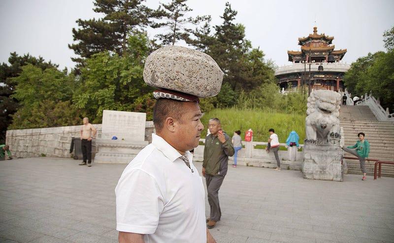 Illustration for article titled Logra perder peso llevando una piedra de 40 kilos en la cabeza durante cuatro años