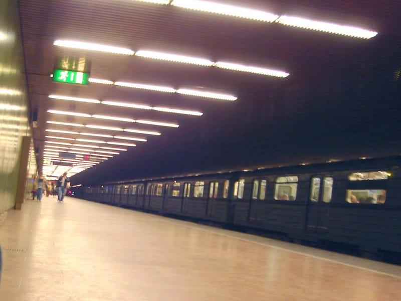 Illustration for article titled 3 zsebes lenyomott 2 utast és több biztonsági őrt a metróban