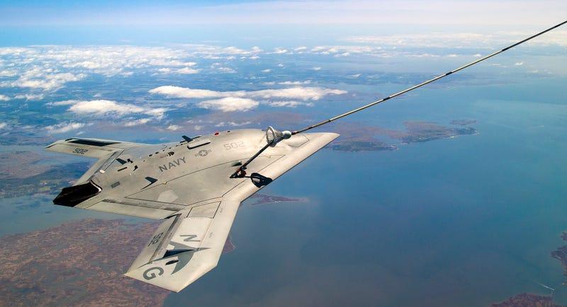 El dron X-47B hace historia al repostar en al aire por primera vez