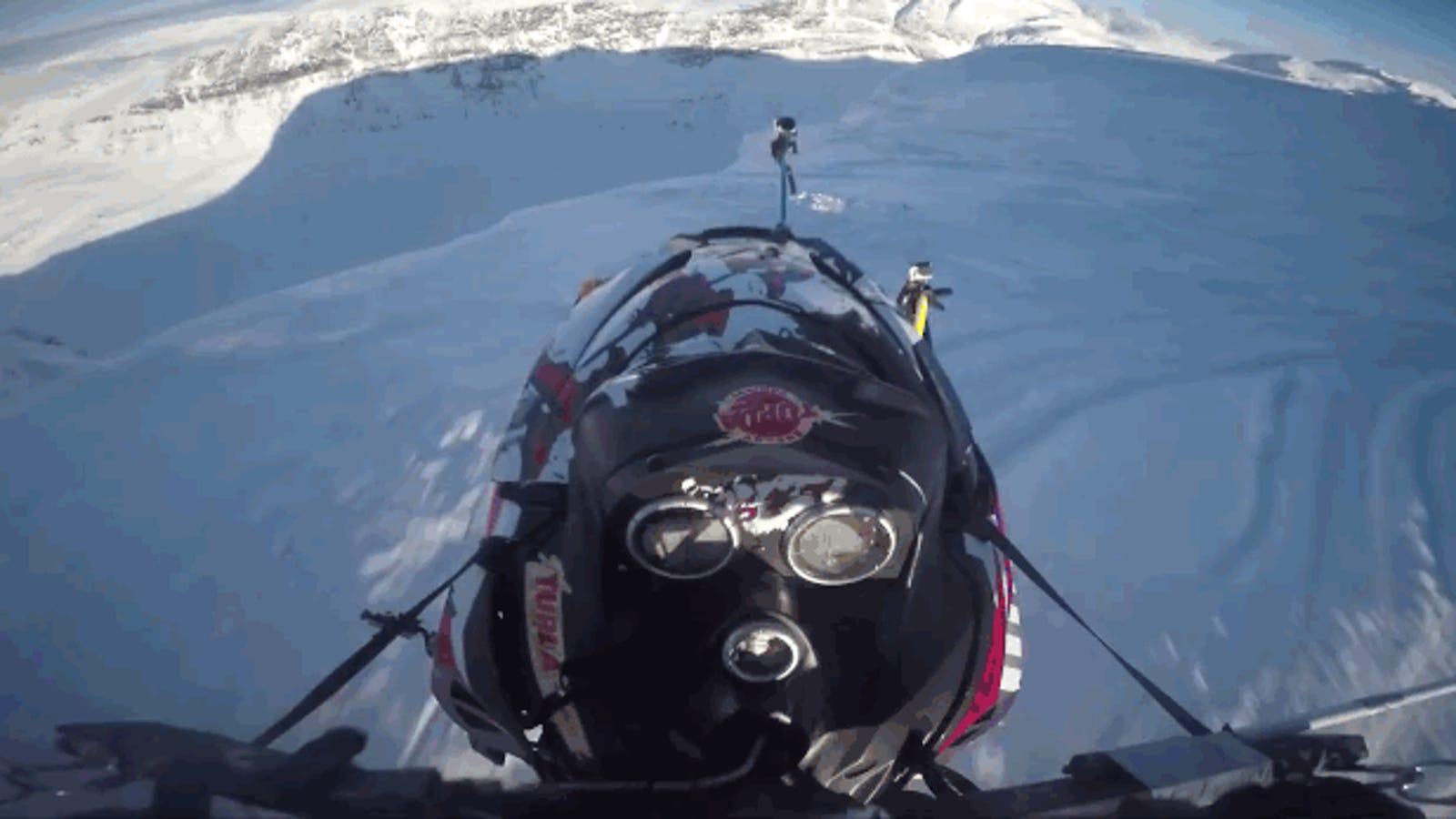No saltes al vacío con una moto de nieve a menos que vuele, como esta