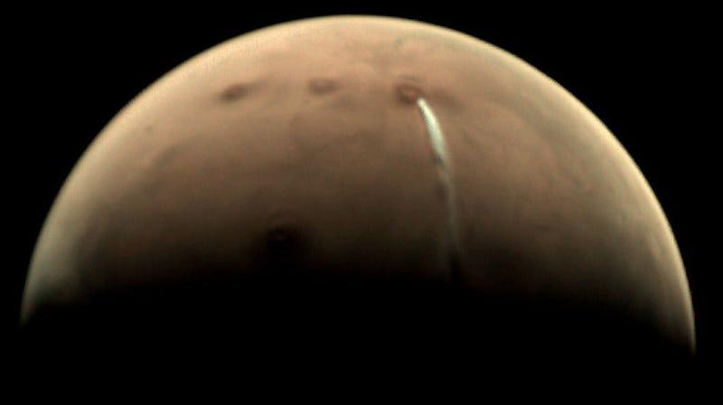 Una nube de 1500 kilómetros de longitud parece salir del volcán Arsia Mons en Marte