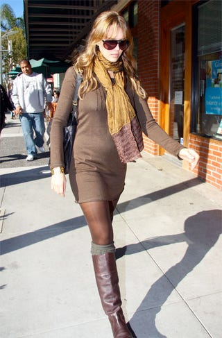 Illustration for article titled Jessica Alba Upstages Pregnancy Glow With Poo-Colored Outfit