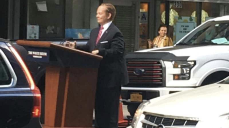 Illustration for article titled Either Melissa McCarthy is riding around NYC as Sean Spicer or he finally snapped