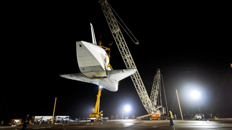 Illustration for article titled Space Shuttle Crane Photos: Web Exclusive Gallery