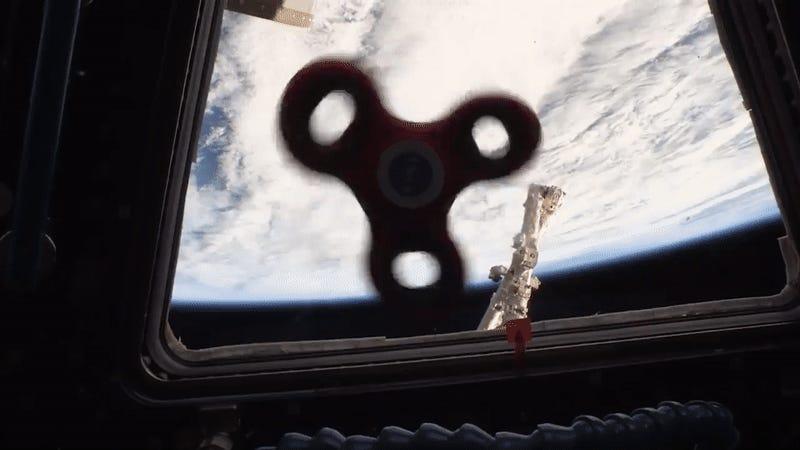 Astronautas se divierten con spinner a gravedad cero