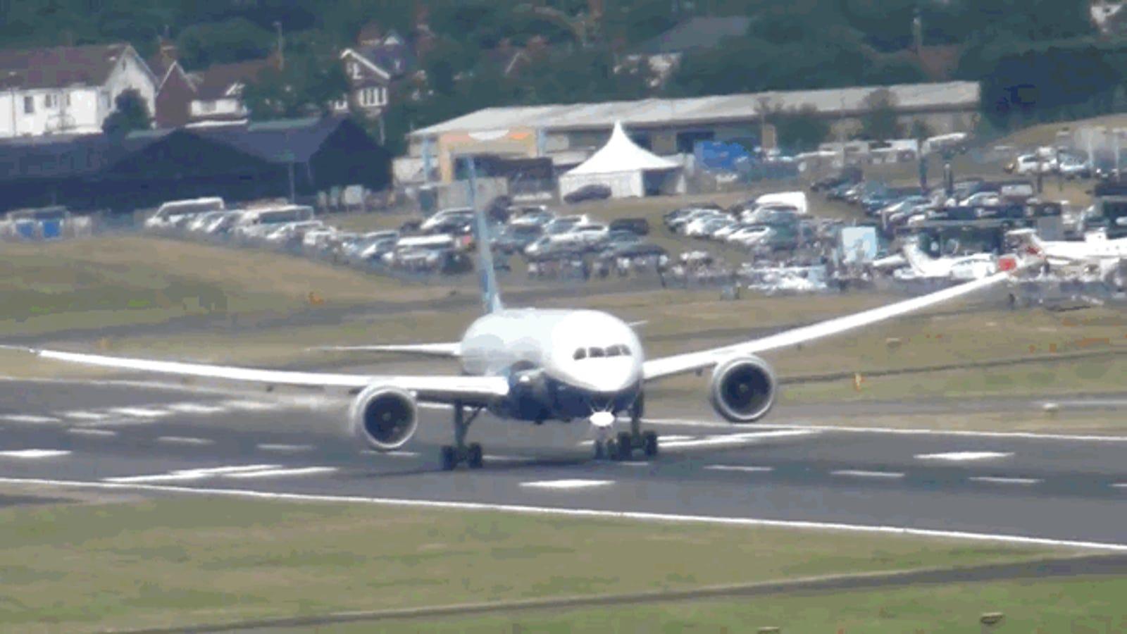 El despegue vertical de este Boeing 787 parece casi imposible