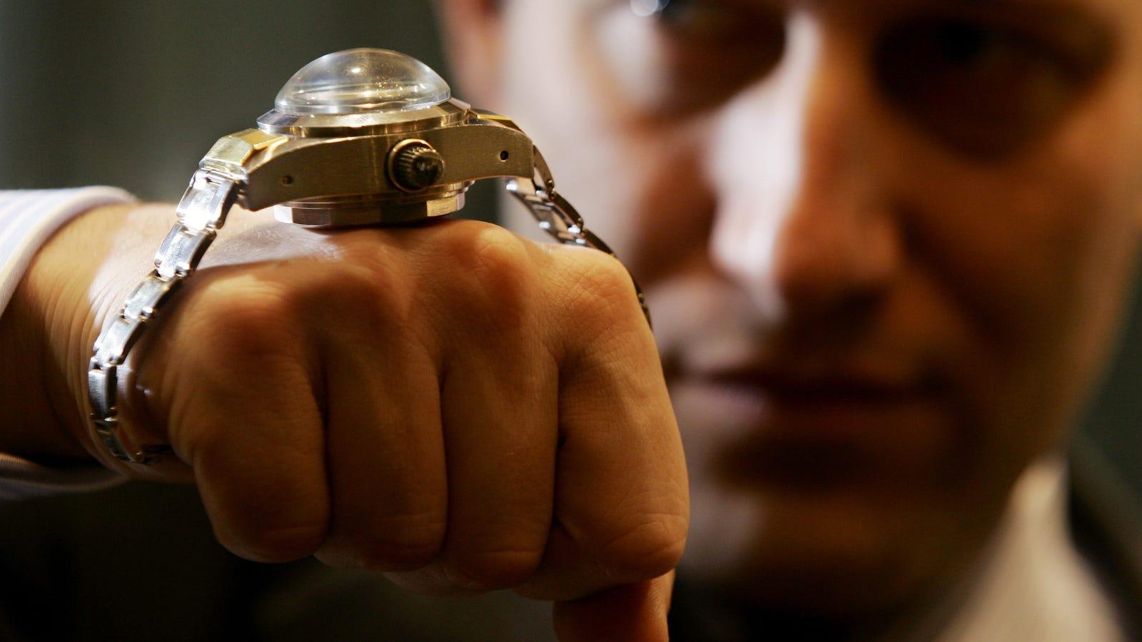 Este barco pesquero regresó del mar con un muerto y una sola pista: un Rolex en la muñeca del cadáver