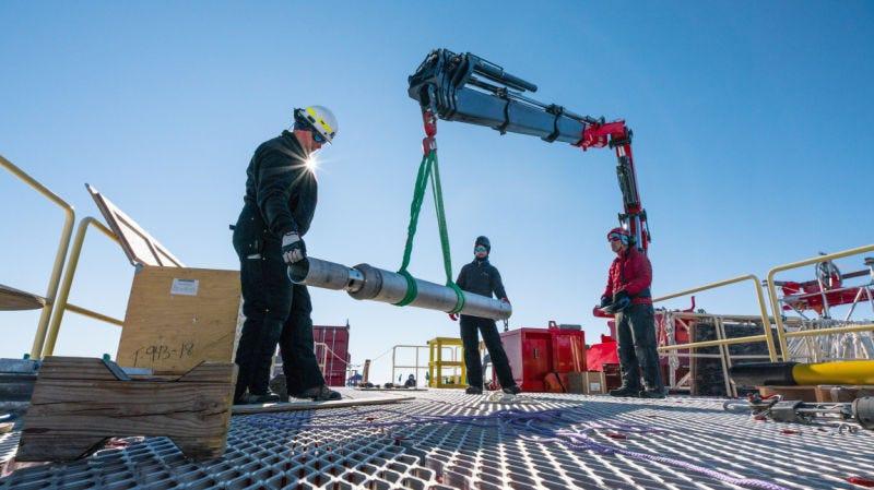 Los miembros del equipo de SALSA prueban un dispositivo diseñado para recolectar muestras de sedimentos del fondo del lago hasta 6 metros de profundidad.