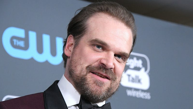 """Illustration for article titled Ang Lee once gave David Harbour a note to """"act more handsome"""""""