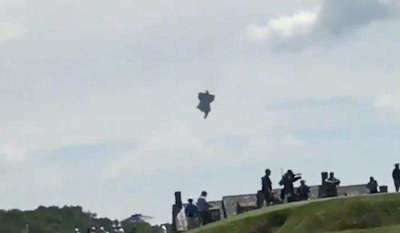 Illustration for article titled Blimp Catches Fire, Crashes At U.S. Open; Spectators Say Pilot Parachuted Out [Updating]