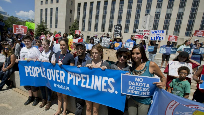 Shailene Woodley, from third left, filmmaker Josh Fox, Susan Sarandon, second from right, and Standing Rock Sioux Tribe member Bobbi Jean Three Lakes, right, join a rally outside US District Court in Washington in August in solidarity with the Standing Rock Sioux Tribe. Photo via AP