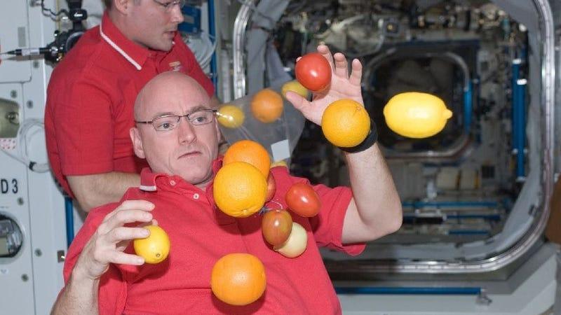 Illustration for article titled ¿A qué juegan los astronautas en gravedad cero?