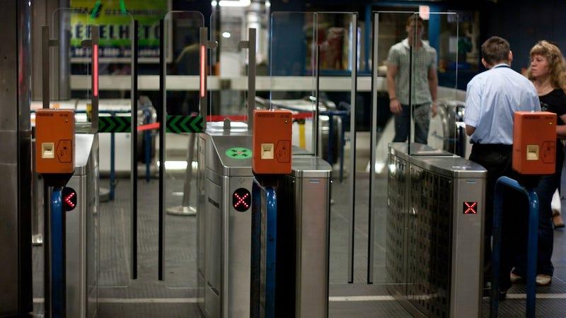 Illustration for article titled Mától teszteli a BKK a metró új beléptetőkapuit
