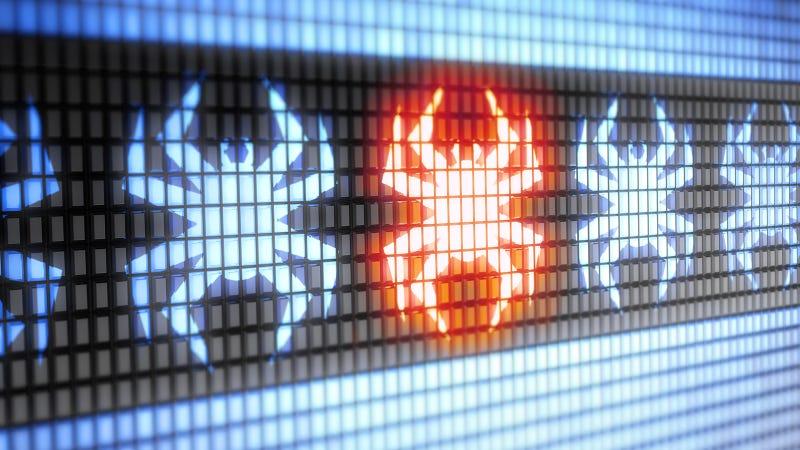 No, hoy en día no hace falta que instales ningún programa antivirus