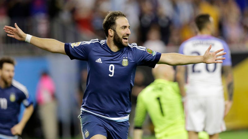 """Photo of Higuaín responding to the question """"How much did Juve pay for you?"""" via Getty"""