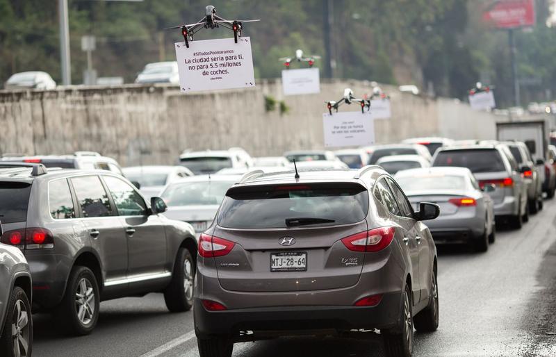 Uber comienza a anunciar sus servicios sobrevolando atascos con un enjambre de drones
