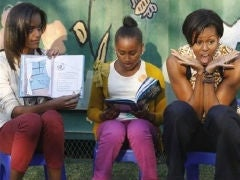 The Obama girls read to South African children.