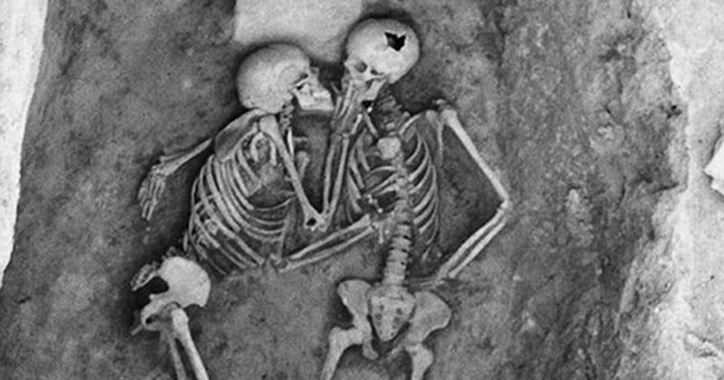 Illustration for article titled Dos personas murieron hace 2.800 años enterradas mientras se besaban, el resto es un misterio
