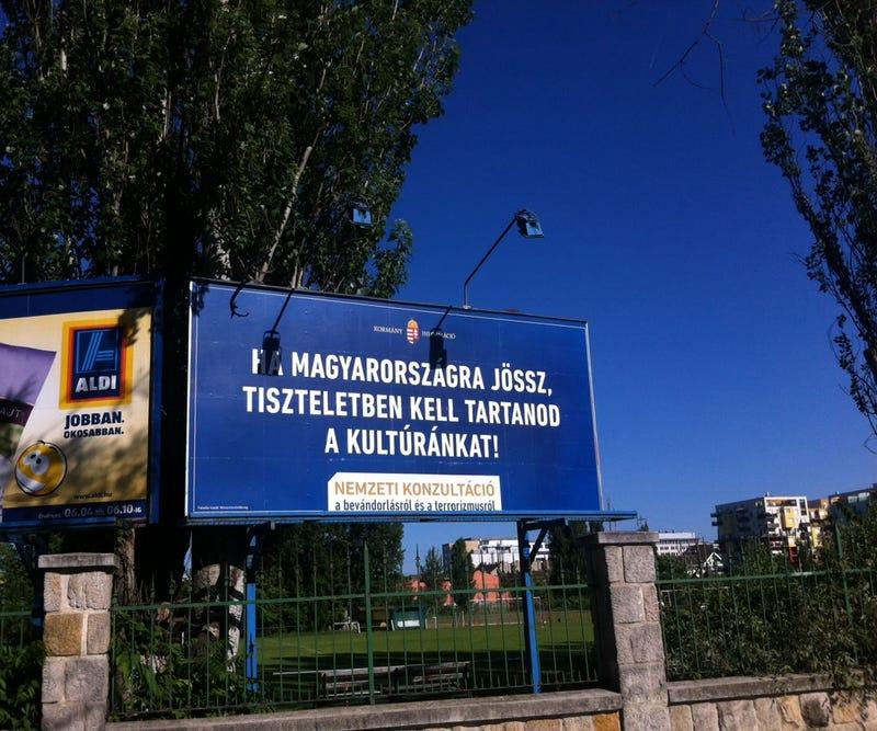 Illustration for article titled Nemcsak kirakták, de már le is festették az első bevándorlós plakátokat