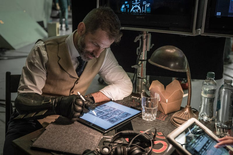 Illustration for article titled Zack Snyder Reveals a Very Tiny Hint About Justice League'sDeathstroke