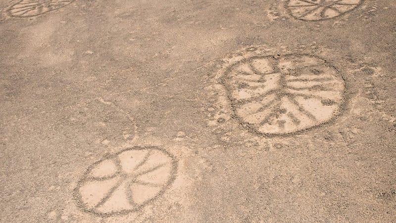 Illustration for article titled Google Earth Reveals Strange Nazca-Like Ruins in Saudi Arabia