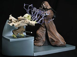 Illustration for article titled Yoda, Palpatine Statues Fight It Out in Realistic Miniature