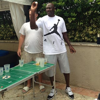 Illustration for article titled Here's Michael Jordan Playing Beer Pong