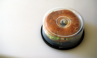 Illustration for article titled MacGyver Tip: CD spindle bagel tote
