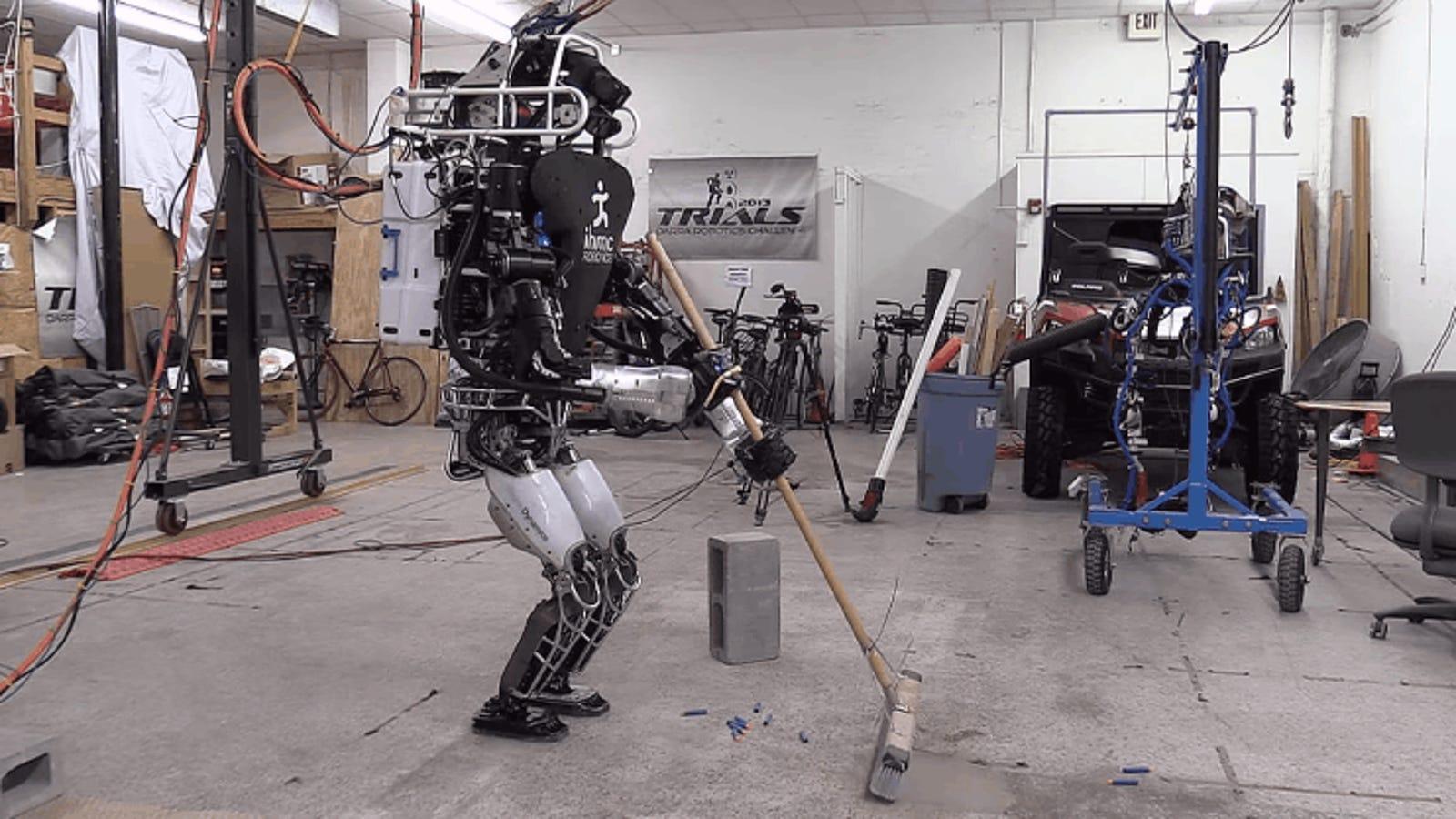 El nuevo logro de Boston Dynamics: enseñar a su robot Atlas a limpiar y hacer tareas varias