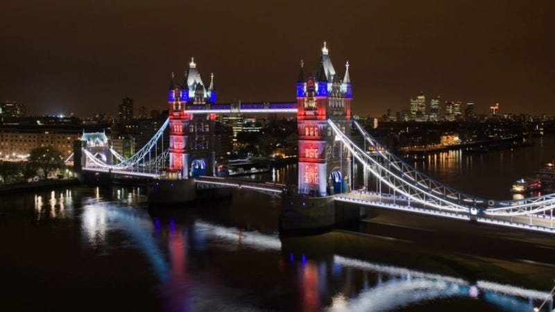Illustration for article titled London Bridge Dons an LED Gown for Queen's Diamond Jubilee
