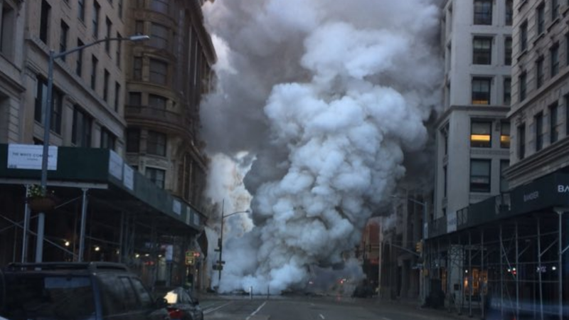 Illustration for article titled Huge Pipe Explosion Just Left a Crater in New York City Street (Updated)