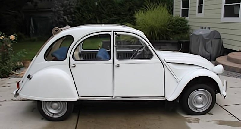 Illustration for article titled For $6,500, This 1972 Citroën 2CV Is A Blue Jean Baby Queen