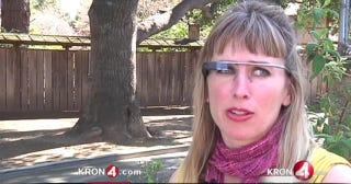 Illustration for article titled Rátámadtak a nőre a kocsmában, csak mert Google Glasst viselt